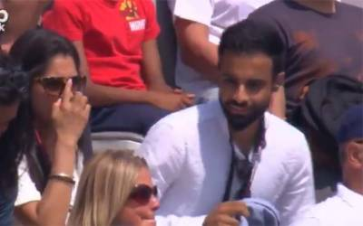 بھارت اور انگلینڈ کے درمیان جاری میچ میں اچانک لڑکے نے نوجوان لڑکی کے ساتھ ایسی حرکت کر دی کہ یہ منظر بڑی سکرین پر سب نے دیکھ لیا ، کھلاڑیوں نے بھی میچ روک دیا اور پھر۔۔۔