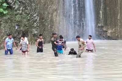 آبشار کے نیچے نہا رہے لوگوں پر چٹان گرنے سے پانچ افراد ہلاک ، 25 زخمی