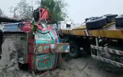 مسافر بس اور ٹرالر میں تصادم ، 17 افراد ہلاک، 13 زخمی