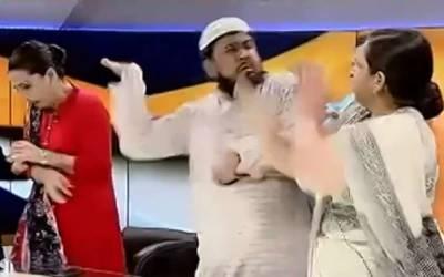 بھارت میں عالم دین نے لائیو ٹی وی پروگرام کے دوران ساتھ بیٹھی مسلمان خاتون کے ساتھ ایسی شرمناک حرکت کردی کہ فوری گرفتار کرلیا گیا
