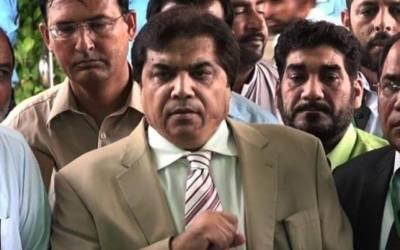 جج کے آنے پر حنف عباسی احتراماً کھڑے ہوگئے ، مسکراتے ہوئے فیصلہ سنا اور گرفتاری دی