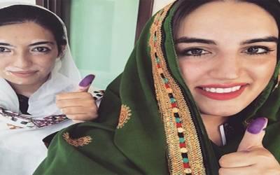 الیکشن 2018، آصفہ اور بختاور نے بھی اپنا ووٹ کاسٹ کردیا مگر کہاں ؟ کراچی یا لاڑکانہ نہیں بلکہ۔۔۔