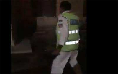 یہ پولیس والا شہری سے گھبرا کر کیوں بھاگ رہا ہے ؟ حقیقت جان کر آپ بھی کہیں گے کہ واقعی نیا پاکستان بن گیا