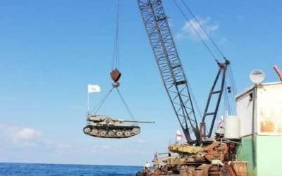 لبنان کے جنوبی شہر صیدا میں فوج کے ٹینکوں کو سمندر کے بیچ اْتار دیا گیا