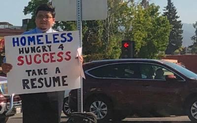 بیروزگار آدمی تنگ آکر سڑک پر اس طرح اپنی CV بانٹنے لگا، پھر اچانک اس کی قسمت کیسے بدلی؟ جان کر نوجوانوں کو یقین نہیں آئے گا کہ یہ بھی ممکن ہے