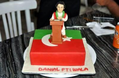 """حکومت میں تبدیلی کیساتھ ہی کراچی میں """"تبدیلی کیک"""" متعارف کرا دیا گیا، عمران خان کا اتنا خوبصورت کیک بنا ڈالا کہ گاہکوں کی لائن لگ گئی، دیکھ کر آپ تعریف کرنے پر مجبور ہو جائیں گے"""