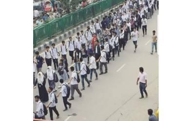 ڈھاکہ میں سکول کے لڑکوں نے ان لڑکیوں کے گرد دیوار کیوں بنائی ہوئی ہے؟ وجہ اتنی شرمناک کہ آپ سوچ بھی نہیں سکتے