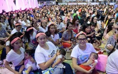 سینکڑوں خواتین کا کھلے سٹیڈیم میں بچوں کودودھ پلاکر ماں کے دودھ کی افادیت کا عملی مظاہرہ