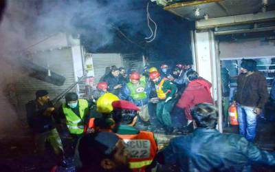 لاہور،انارکلی بازار میں کیمیکل کے گودام میں آگ بھڑک اٹھی ،امدادی ٹیمیں بجھانے میں مصروف