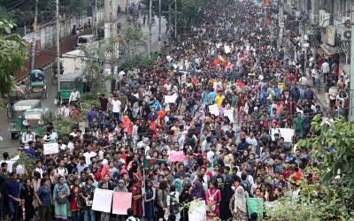 بنگلہ دیش کا دارالحکومت ڈھاکہ میدان جنگ بن گیا، جگہ جگہ مظاہرے، سینکڑوں بسیں جلا دی گئیں، کئی لڑکیوں کا ریپ کر دیا گیا، لیکن یہ سب کچھ کیوں؟ وجہ جان کر آپ کو یقین نہیں آئے گا
