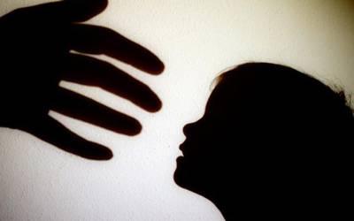 'میرے ساتھ 24 لڑکیوں کو روز۔۔۔' 10 سالہ بچی بھاگتی ہوئی تھانے پہنچ گئی اور ایسا شرمناک انکشاف کردیا کہ پولیس سٹیشن میں بھی کھلبلی مچ گئی کیونکہ۔۔۔