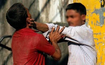 ایک لڑکی کے پیچھے سڑک پر مردوں میں لڑائی ہوگئی، جھگڑا بڑھا تو خاتون نے ایک تیسرے مرد کو۔۔۔ ایسا کام کردیا کہ پولیس والے بھی حیران پریشان رہ گئے