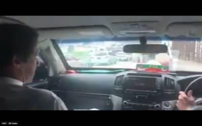 عمران خان کا پشاور کی سڑکوں پر بغیر پروٹوکول سفر، پرویز خٹک نے گاڑی چلائی