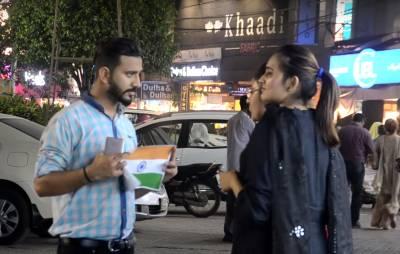 """""""15 ہزار روپے لو اور بھارتی جھنڈا پھاڑ دو"""" پاکستانیوں کو جب یہ پیشکش کی گئی تو انہوں نے کیا جواب دیا؟ ویڈیو نے سوشل میڈیا ایسی دھوم مچائی کہ ہر بھارتی شرم سے پانی پانی ہو جائے"""