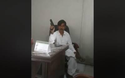 کراچی میں نجی کمپنی کے سابق ملازم نے تنخواہ نہ ملنے پر گن پوائنٹ پر عملے کو یرغمال بنالیا ، بارود سے اڑانے کی دھمکی، چیف جسٹس سے بات کرانے کا مطالبہ