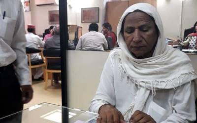 پاکستان کی تاریخ میں پہلی مرتبہ خواجہ سرا کا بینک اکاؤنٹ کھل گیا، یہ خواجہ سرا کون ہے اور کس بینک نے اکاؤنٹ کھولنے کی اجازت دی؟ جان کر آپ بھی داد دیں گے