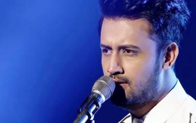 گلوکار عاطف اسلم نے قومی پرچم کی توہین کی،مقدمہ درج کیا جائے،تھانے میں درخواست دائر