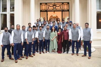 ویرات کوہلی کی بیگم انوشکا شرما نے کرکٹ ٹیم کے ساتھ ایسا کام کر دیا کہ بھارتی غصے سے آگ بگولہ ہو گئے