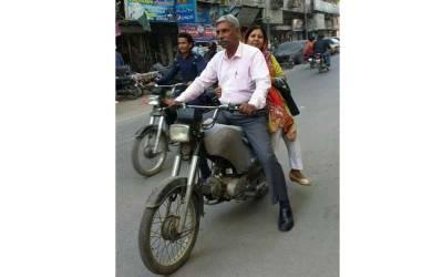 کیا آپ جانتے ہیں کہ موٹر سائیکل پر اپنی اہلیہ کو لے جانے والا شخص پاکستان کی کونسی اہم ترین شخصیت ہے؟ جواب جان کر آپ بھی دنگ رہ جائیں گے