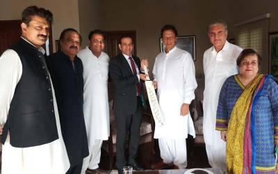 بھارتی کرکٹ ٹیم نے عمران خان کیلئے سفیر کے ہاتھوں ایسا تحفہ بھیج دیا کہ کوئی سوچ بھی نہ سکتاتھا ، بڑی خبر آ گئی