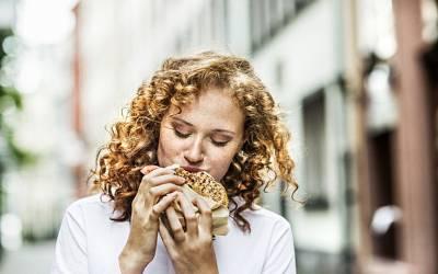 اگر آپ دن میں اس وقت کھانا کھائیں تو فوری وزن کم ہوجائے گا، بالآخر سائنس نے آسان ترین طریقہ بتادیا