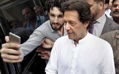 اب عمران خان کیساتھ سیلفی لینا ناممکن ہوگیا کیونکہ ۔ ۔ ۔ مداحوں کیلئے پریشان کن خبرآگئی