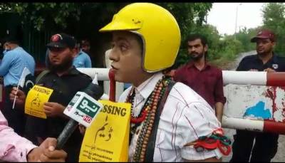 عمران خان کو مبارکباد دینے ' پی کے' بھی بنی گالہ پہنچ گیا لیکن اب کی بار پیلے پوسٹرز پر کیا لکھا تھا؟جان کر ہرپاکستانی سوچ میں پڑھ جائے گا کیونکہ۔۔۔