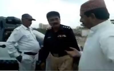 نئے پاکستان میں ایسا نہیں چلے گا، حلیم عادل شیخ نے مویشی منڈی کے قریب ٹریفک پولیس کو رشوت لیتے ہوئے رنگے ہاتھوں پکڑ لیا
