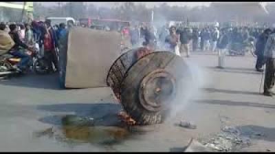 ساہیوال :آتش بازی سے منع کر نے پر باراتیوں کا پولیس پر پتھراﺅ،5اہلکار زخمی