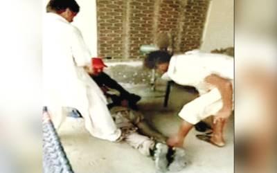 زمیندار کے کارندوں کا نوجوان پر بدترین تشدد، الٹا لٹا کر جوتے مارے
