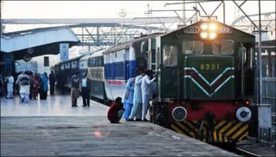 ملتان ریلوے اسٹیشن پر شوہر کو بیوی کے پاؤں پر ہاتھ رکھ کر معافی مانگنی پڑ گئی کیونکہ ۔۔۔