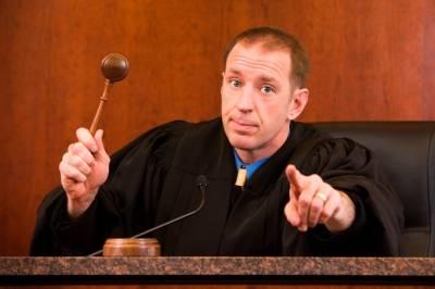 نوسر باز نے بھری عدالت میں جج کی اجازت سے ایسا کام کردیا کہ پھر جج بھی سرتھام کر رہ گیا