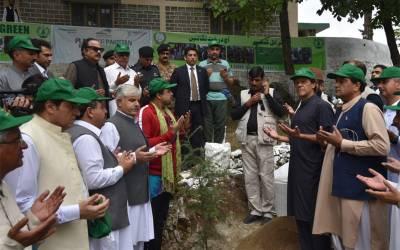 وزیراعظم نے ہری پورمیں پودا لگا کر شجرکاری مہم کا آغاز کر دیا،اگر درخت نہ لگائے تو پاکستان ریگستان بن سکتا ہے :عمران خان