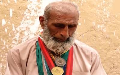 نصف صدی تک باکسنگ کی دنیا میں پاکستان کا نام روشن کرنے والاصدارتی ایوارڈ یافتہ قومی ہیرو آج پشاور میں کن حالات سے دوچار ہے ؟جان کر آپ کی آنکھوں میں بھی آنسو آ جائیں گے