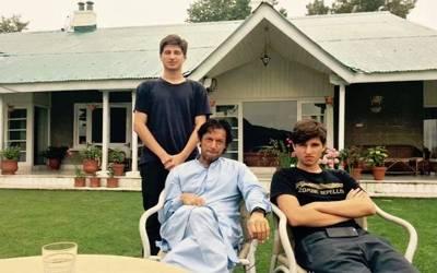 عمران خان وزیراعظم ہاوس میں مصروف لیکن چھٹیوں پر پاکستان آئے ہوئے ان کے بیٹے بنی گالا میں کس کے ساتھ وقت گزار رہے ہیں ؟تازہ تصویر دیکھ کر آپ بھی خوشگوار حیرت میں مبتلا ہو جائیں گے