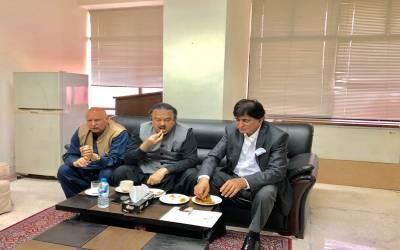 """""""آپ تینوں وزیراعظم ہاﺅس میں بیٹھ کر ایک ہی آملیٹ کھا رہے ہیں تو پھرآپ کو چاہیے کہ ٹشو کی جگہ ۔۔۔"""" معروف رائٹر ندیم فاروق پراچہ نے صاحبزادہ جہانگیر ، نعیم الحق اور چوہدری سرور کو ایسا مشورہ دے دیا کہ آپ کی بھی ہنسی نہ رکے"""