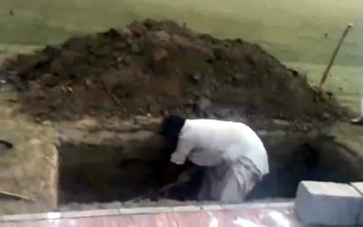 بیگم کلثوم نواز کی قبر کی کھدائی کی ویڈیو منظرعام پر آ گئی، کہاں بنائی جا رہی ہے؟ سوشل میڈیا پر سوگ نے ڈیرہ ڈال لیا