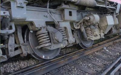 خوشحال خان ایکسپریس پٹری سے اتر گئی، 15 مسافر زخمی، میانوالی ریل کار سمیت پنڈی سیکشن پر گاڑیوں کی آمدورفت معطل