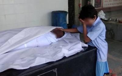 بھارت ، باپ کی لاش کے ساتھ کھڑے روتے ہوئے بچے کی تصویر نے لوگوں کے دل موم کردیئے