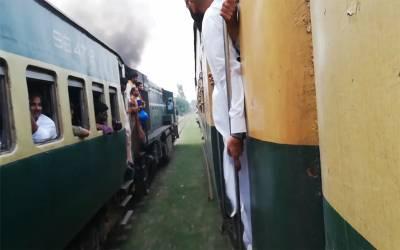 لاہور میں ٹرینوں کی ریس ، جب ایک ٹرین گیٹ کے پاس پہنچی تو ۔۔۔ ایسی ویڈیو سامنے آگئی جسے دیکھ کر شیخ رشید ڈرائیورز کے کان پکڑوادیں گے
