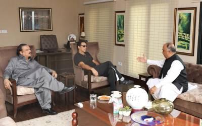 وزیر اعلیٰ اور گورنر خیبر پختونخوا سمیت حکومتی اراکین کی وزیر اعظم عمران خان سے ملاقات ،ملکی سیاسی صورتحال اور پارٹی معاملات پر تفصیلی تبادلہ خیال