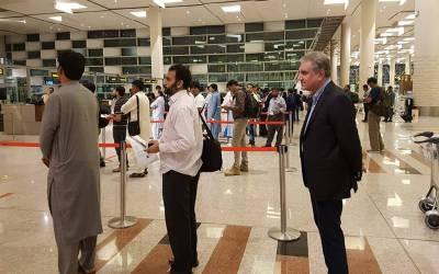 وزیر خارجہ شاہ محمود قریشی کی امریکا روانگی کیلئے بغیرپروٹوکول ایئر پورٹ پر آمد،شہریوں کیساتھ سیلفیاں بنوائیں