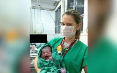 نومولود بچے کے ساتھ اس نرس کی تصویر میں ایسی کیا شرمناک ترین چیز ہے کہ انٹرنیٹ پر ہنگامہ برپاہوگیا