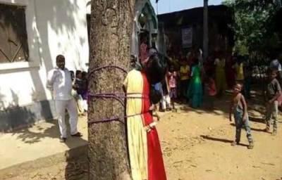 بھارت میں اس نوجوان لڑکی کو درخت کیساتھ یوں کیوں باندھ دیا گیا؟ تصویر کے پیچھے چھپی حقیقت سامنے آئی تو ہرکوئی دنگ رہ گیا