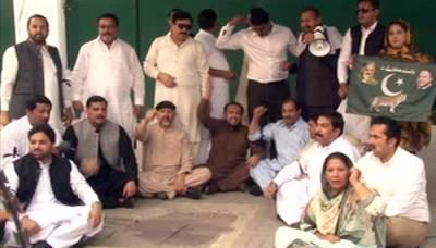 شہباز شریف کی گرفتاری: لیگی اراکین اسمبلی کا پنجاب اسمبلی گیٹ کے سامنے دھرنا