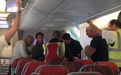مسافروں نے بہادری کا مظاہرہ کرتے ہوئے جہاز سے ڈی پورٹ ہونے والے شخص کو بچالیا، لیکن جب پتہ چلا وہ کون تھا تو پیروں تلے زمین نکل گئی