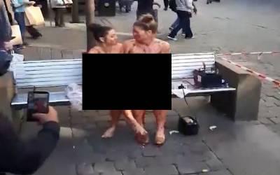 دو برہنہ عورتیں سرعام جسم پر جام لگا کر کیوں بیٹھی ہیں؟ سب حیران و پریشان وجہ کیا ہے ؟جانئے