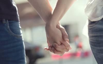جب آپ کسی کا ہاتھ پکڑتے ہیں تو دونوں کے دل۔۔۔ انتہائی حیرت انگیز بات جو آپ کو معلوم نہیں