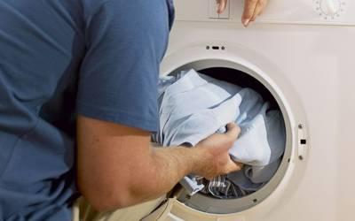 کپڑے دھونے کے بعد برف کے ٹکڑے کے ساتھ یہ کام کریں تو کبھی استری کرنے کی ضرورت نہ پڑے گی