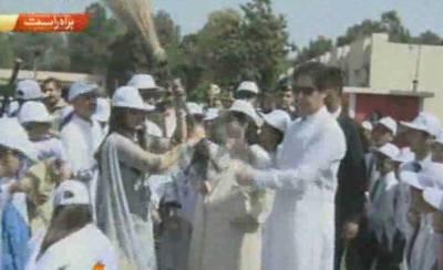 وزیر اعظم نے کالج میں پودا لگا کر کلین اینڈ گرین پاکستان مہم کا آغاز کردیا ، ہم نے پاکستان کو ہرا بھرا کرنا ہے : عمران خان